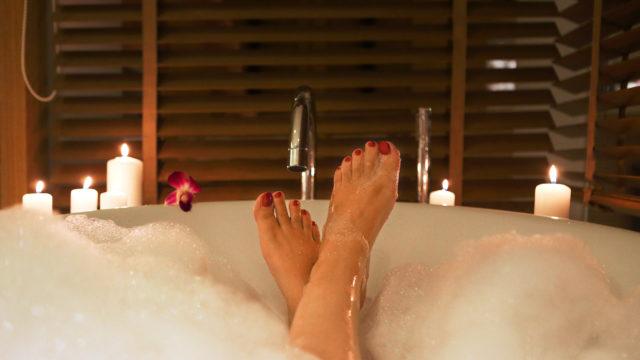 La pausa perfetta nella vasca da bagno